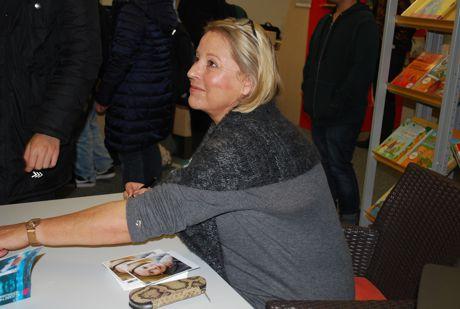 Krimiautorin Elisabeth Herrmann signiert nach ihrer Lesung vor Schülerinnen und Schülern