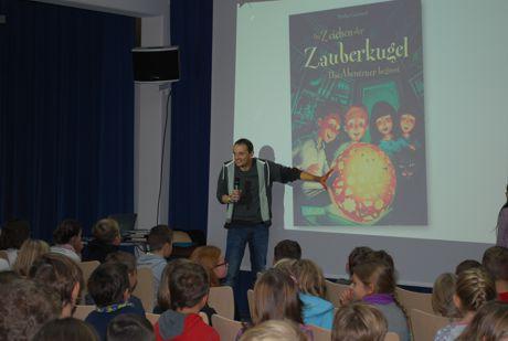 """Kinder- und Jugendbuchautor Stefan Gemmel zog bei seiner """"Lesung"""" alle Register"""